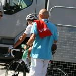 Сразу после финиша некоторых гонщиков отлавливают и уводят на допинг-контроль