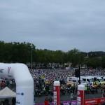 На старте участники гонки заняли всю центральную площадь города По